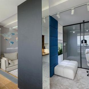 Свежая идея для дизайна: кабинет в современном стиле с рабочим местом, разноцветными стенами, полом из коврового покрытия, встроенным рабочим столом и серым полом - отличное фото интерьера
