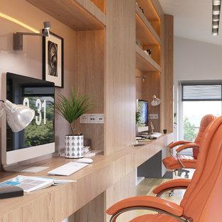 他の地域の大きいコンテンポラリースタイルのおしゃれな書斎 (白い壁、淡色無垢フローリング、造り付け机、黄色い床) の写真