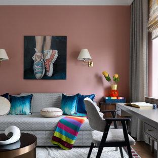 Неиссякаемый источник вдохновения для домашнего уюта: рабочее место в стиле современная классика с розовыми стенами и коричневым полом