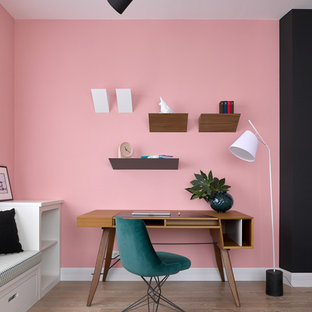 Неиссякаемый источник вдохновения для домашнего уюта: рабочее место в современном стиле с розовыми стенами, светлым паркетным полом, отдельно стоящим рабочим столом и бежевым полом
