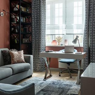 Foto di un ufficio contemporaneo con pareti marroni, parquet chiaro e scrivania autoportante