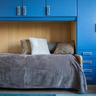 Esempio di una stanza da lavoro moderna di medie dimensioni con pareti blu, pavimento con piastrelle in ceramica, scrivania autoportante e pavimento marrone