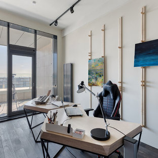 Пример оригинального дизайна: маленькая домашняя мастерская в современном стиле с бежевыми стенами, отдельно стоящим рабочим столом, паркетным полом среднего тона и серым полом