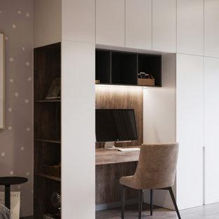 Foto de despacho contemporáneo, de tamaño medio, con paredes beige, suelo de madera en tonos medios y suelo beige