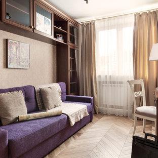 На фото: кабинет в стиле современная классика с бежевыми стенами, паркетным полом среднего тона, отдельно стоящим рабочим столом и коричневым полом