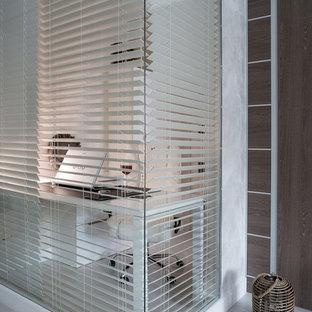 Неиссякаемый источник вдохновения для домашнего уюта: кабинет в современном стиле с белыми стенами, отдельно стоящим рабочим столом и белым полом