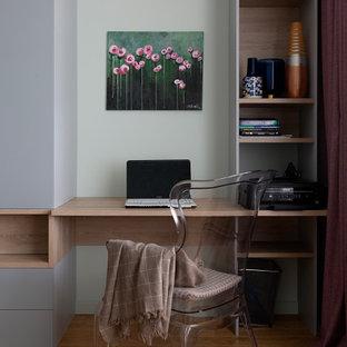 На фото: кабинет среднего размера в современном стиле с паркетным полом среднего тона, встроенным рабочим столом и коричневым полом