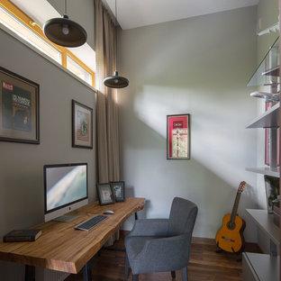 Свежая идея для дизайна: рабочее место среднего размера в современном стиле с серыми стенами, темным паркетным полом, отдельно стоящим рабочим столом и коричневым полом - отличное фото интерьера