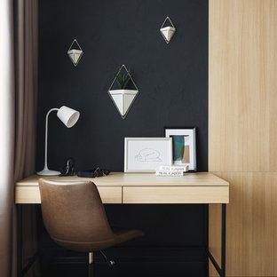 Свежая идея для дизайна: маленькое рабочее место в современном стиле с черными стенами, паркетным полом среднего тона и отдельно стоящим рабочим столом без камина - отличное фото интерьера