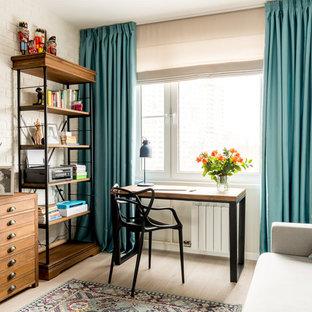 Выдающиеся фото от архитекторов и дизайнеров интерьера: рабочее место в стиле современная классика с белыми стенами, светлым паркетным полом, бежевым полом и отдельно стоящим рабочим столом