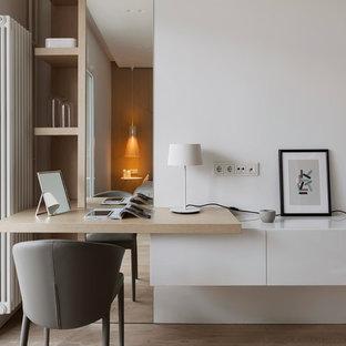 На фото: кабинет в современном стиле с