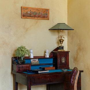 Пример оригинального дизайна: маленькое рабочее место в стиле фьюжн с отдельно стоящим рабочим столом, бежевыми стенами, паркетным полом среднего тона и бежевым полом