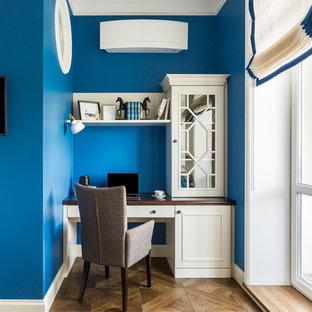 モスクワの中くらいのトランジショナルスタイルのおしゃれな書斎 (青い壁、塗装フローリング、自立型机、茶色い床、折り上げ天井) の写真