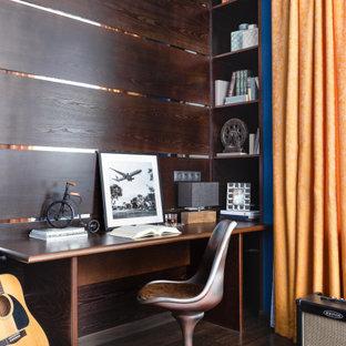 Стильный дизайн: кабинет в современном стиле с коричневыми стенами, темным паркетным полом, встроенным рабочим столом и коричневым полом - последний тренд
