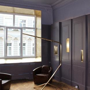 モスクワの小さいトランジショナルスタイルのおしゃれな書斎 (紫の壁、淡色無垢フローリング、暖炉なし、自立型机、ベージュの床) の写真
