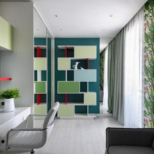 На фото: большое рабочее место в современном стиле с белыми стенами, отдельно стоящим рабочим столом, серым полом и обоями на стенах
