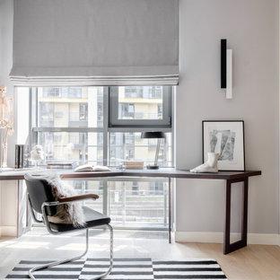 Источник вдохновения для домашнего уюта: кабинет в современном стиле с серыми стенами, светлым паркетным полом, отдельно стоящим рабочим столом и бежевым полом
