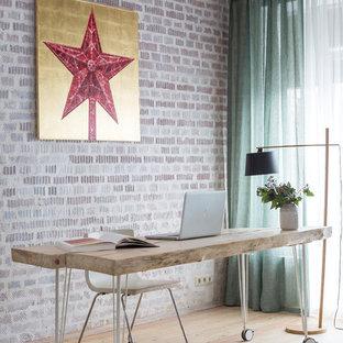 モスクワのエクレクティックスタイルのおしゃれな書斎 (淡色無垢フローリング、自立型机、ベージュの床) の写真