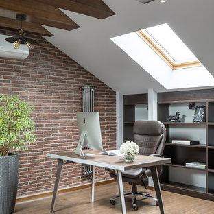 Свежая идея для дизайна: рабочее место среднего размера в современном стиле с коричневыми стенами, паркетным полом среднего тона, отдельно стоящим рабочим столом и коричневым полом - отличное фото интерьера