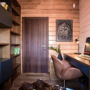 Создайте стильный интерьер: рабочее место в современном стиле с коричневыми стенами, паркетным полом среднего тона, отдельно стоящим рабочим столом и коричневым полом - последний тренд