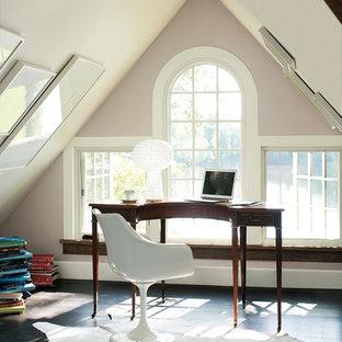 На фото: рабочее место в морском стиле с розовыми стенами, отдельно стоящим рабочим столом и черным полом без камина