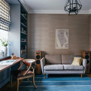 Idee per un ufficio chic con pareti marroni, moquette e scrivania incassata
