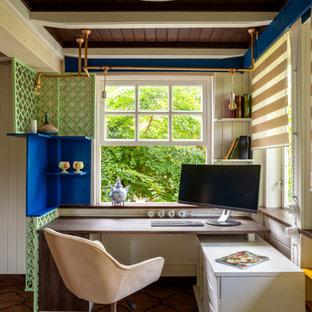 Источник вдохновения для домашнего уюта: кабинет в стиле кантри с белыми стенами, отдельно стоящим рабочим столом, коричневым полом, балками на потолке и стенами из вагонки