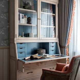 Неиссякаемый источник вдохновения для домашнего уюта: рабочее место в классическом стиле с отдельно стоящим рабочим столом