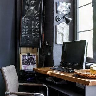 Неиссякаемый источник вдохновения для домашнего уюта: рабочее место в стиле лофт с черными стенами и встроенным рабочим столом