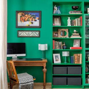 モスクワのエクレクティックスタイルのおしゃれな書斎 (緑の壁、淡色無垢フローリング、自立型机、ベージュの床) の写真