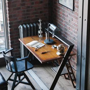 Diseño de despacho industrial con paredes marrones y escritorio independiente