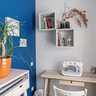 Idee per una piccola stanza da lavoro scandinava con pareti multicolore e scrivania autoportante