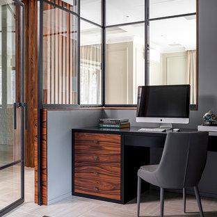 На фото: рабочее место в современном стиле с серыми стенами, отдельно стоящим рабочим столом и бежевым полом