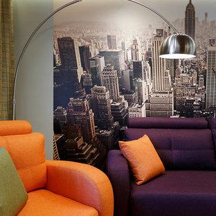サンクトペテルブルクの中サイズのコンテンポラリースタイルのおしゃれな書斎 (緑の壁、竹フローリング、標準型暖炉、木材の暖炉まわり、自立型机、茶色い床) の写真