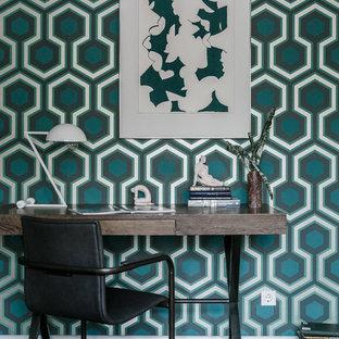 Идея дизайна: кабинет в современном стиле с разноцветными стенами, темным паркетным полом, отдельно стоящим рабочим столом и коричневым полом
