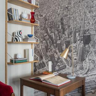 モスクワの小さいコンテンポラリースタイルのおしゃれな書斎 (ラミネートの床、自立型机、黒い床、グレーの壁) の写真