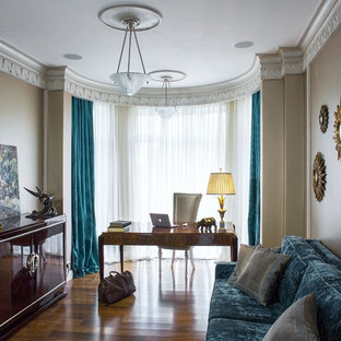 Неиссякаемый источник вдохновения для домашнего уюта: рабочее место в стиле современная классика с бежевыми стенами, темным паркетным полом, отдельно стоящим рабочим столом и коричневым полом