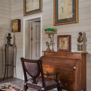 Idéer för att renovera ett mellanstort vintage arbetsrum, med ett bibliotek, beige väggar, klinkergolv i porslin och brunt golv