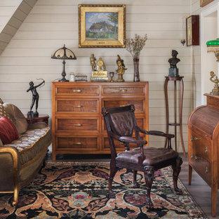 Неиссякаемый источник вдохновения для домашнего уюта: кабинет среднего размера в классическом стиле с библиотекой, бежевыми стенами, полом из керамогранита, коричневым полом, отдельно стоящим рабочим столом, сводчатым потолком, деревянным потолком и деревянными стенами