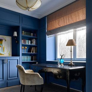 Пример оригинального дизайна: рабочее место в стиле современная классика с синими стенами, паркетным полом среднего тона, отдельно стоящим рабочим столом и разноцветным полом