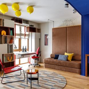 На фото: кабинет в современном стиле с белыми стенами, паркетным полом среднего тона и коричневым полом