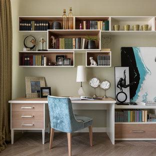 Свежая идея для дизайна: рабочее место в стиле современная классика с светлым паркетным полом, бежевым полом и серыми стенами - отличное фото интерьера