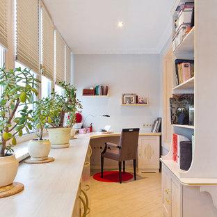 モスクワの中サイズのエクレクティックスタイルのおしゃれな書斎 (磁器タイルの床、造り付け机、ベージュの床) の写真