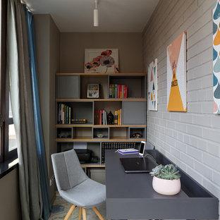 Пример оригинального дизайна: рабочее место в современном стиле с серыми стенами и отдельно стоящим рабочим столом