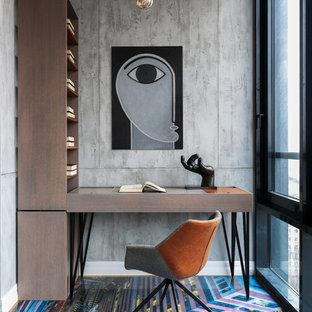 Стильный дизайн: кабинет в современном стиле с серыми стенами, отдельно стоящим рабочим столом и разноцветным полом - последний тренд