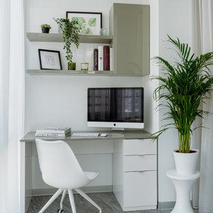 モスクワの中サイズのコンテンポラリースタイルのおしゃれなホームオフィス・書斎 (グレーの壁、磁器タイルの床、造り付け机、グレーの床) の写真
