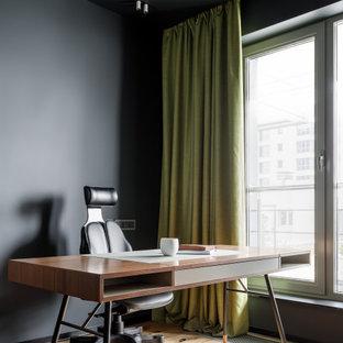 Неиссякаемый источник вдохновения для домашнего уюта: кабинет среднего размера в современном стиле с черными стенами, отдельно стоящим рабочим столом и бежевым полом
