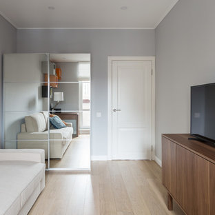 Inspiration för ett mellanstort funkis hemmastudio, med grå väggar, ljust trägolv, ett fristående skrivbord och turkost golv