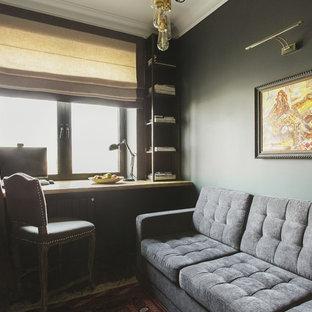 モスクワの小さいコンテンポラリースタイルのおしゃれな書斎 (グレーの壁、塗装フローリング、造り付け机、黒い床) の写真