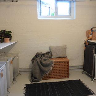 Exemple d'un petit sous-sol scandinave semi-enterré avec un mur blanc, béton au sol et un sol gris.